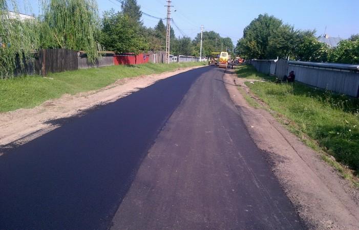 Fonduri de la bugetul local pentru asfaltări în satul Boroaia